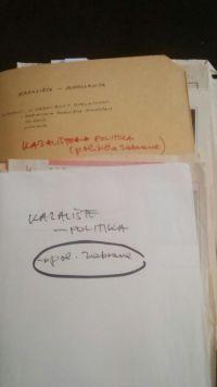 Izvorni omot s novinskim člancimaprikupljenim i grupiranim u tematsku odrednicuKazalište – politika (političke zabrane).To je jedna od nižih odrednica u temi Kazalište – Jugoslavija, u osnovnom tematskom području Kultura (HR-HDA-2031. Vjesnik. 2.1. Vjesnikova novinska dokumentacija, registrator KUL 210) (2017-02-14).