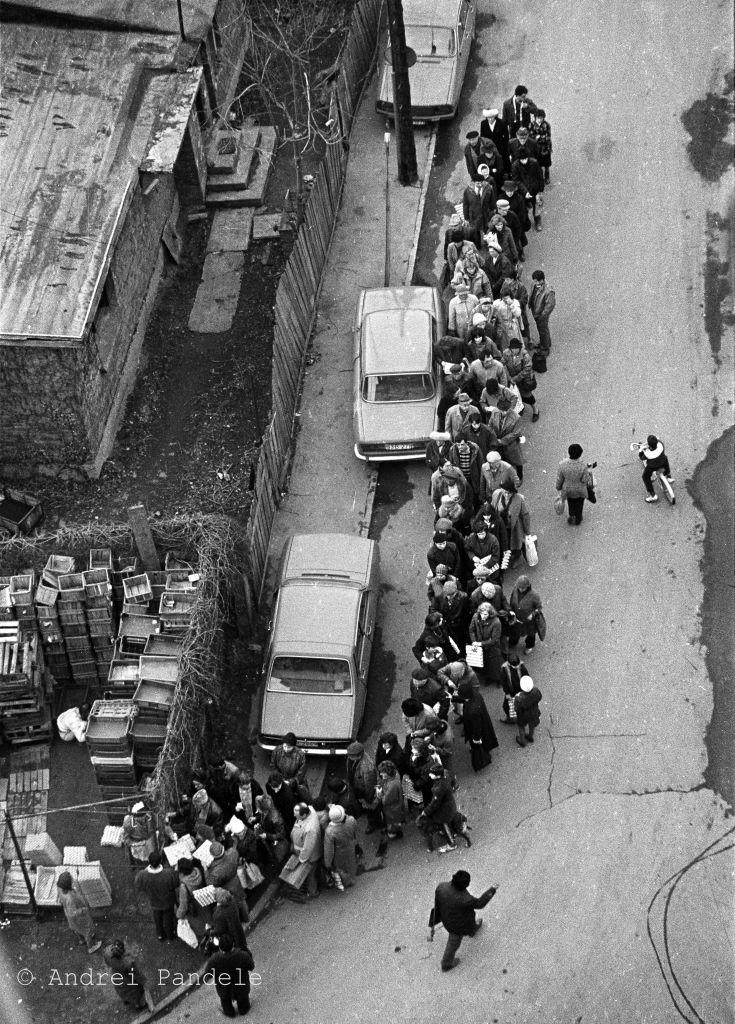 Coadă la brânză în centrul Bucureștiului în 1989, fotografie de Andrei Pandele