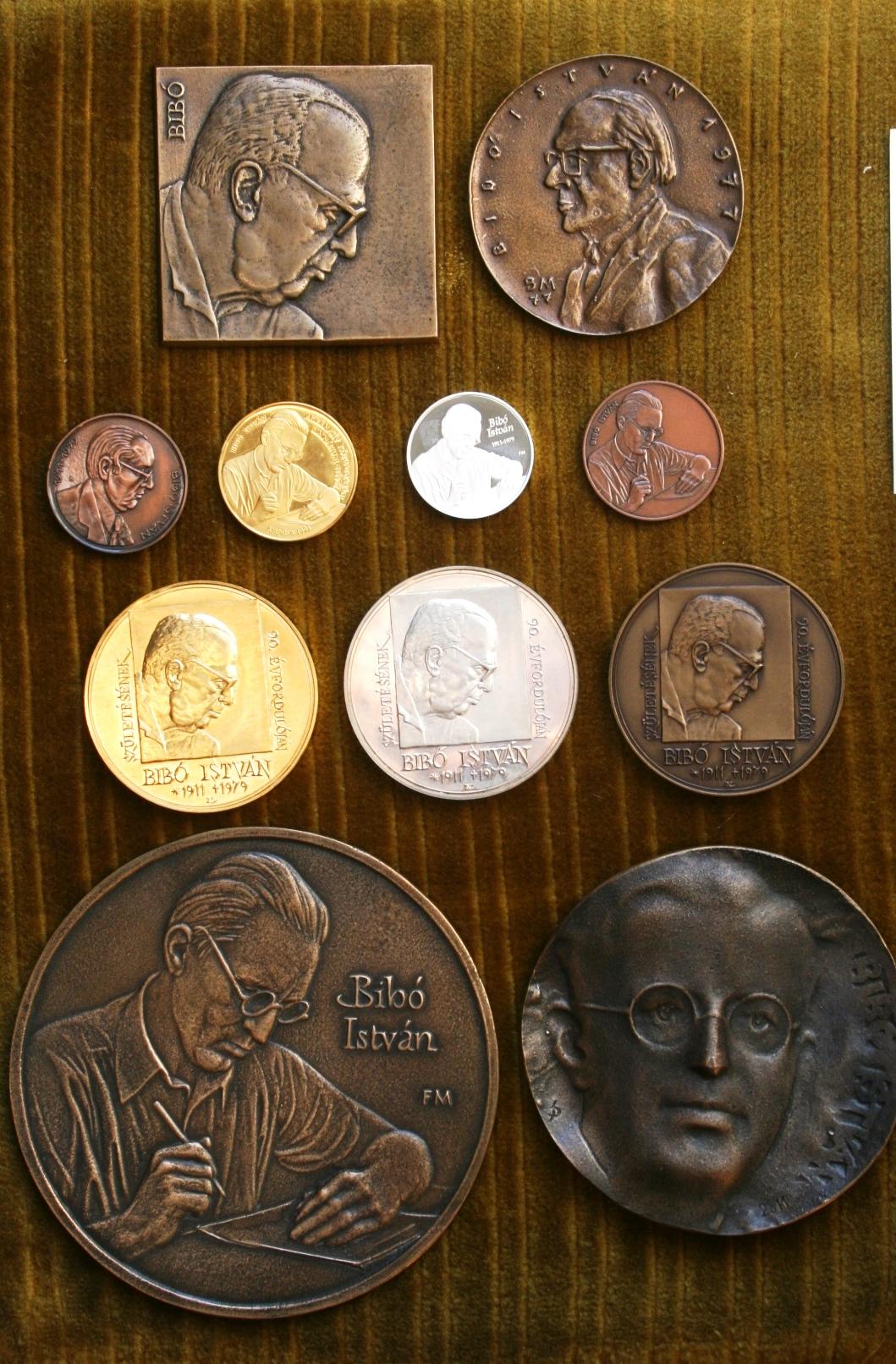 István Bibó's memorial coins and plaquettes.Masters: Nagy, Lajos 2001; Borsos, Miklós 1977; Fritz, Mihály 2011; Bartos, Endre 1990s; Szabó, György 2011, Dudás, Sándor 2011.