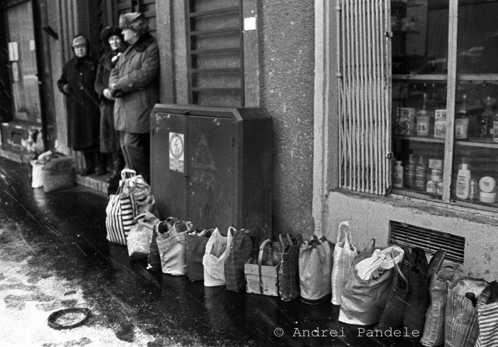Coadă la lapte în centrul Bucureștiului în 1989, fotografie de Andrei Pandele