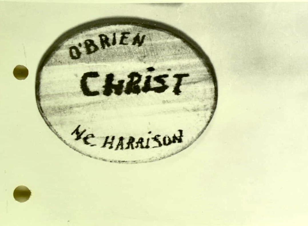 Insignă de lemn cu porecla lui Puiu Apostolescu în limba engleză