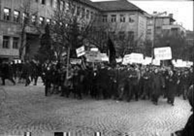 Fotoja  ilustron demonstratat studentore në Prishtinë, 27 nëntor 1968. Ajo u publikua  në artikullin e Sheratin Berisha të botuar për 43 vjetorin e demonstratave të vitit 1968 në vitin 2011. Artikulli titullohet 'Roli Historik i Demonstrataeve  të vitit 1968'. The picture illustrates the student demonstrations in Prishtina, November 27, 1968. It appearded in Sheratin Berisha's article published for 43rd anniversary of the 1968 demonstrations in 2011. The article is entitled 'The Historical Role of Demonstrations of 1968'.