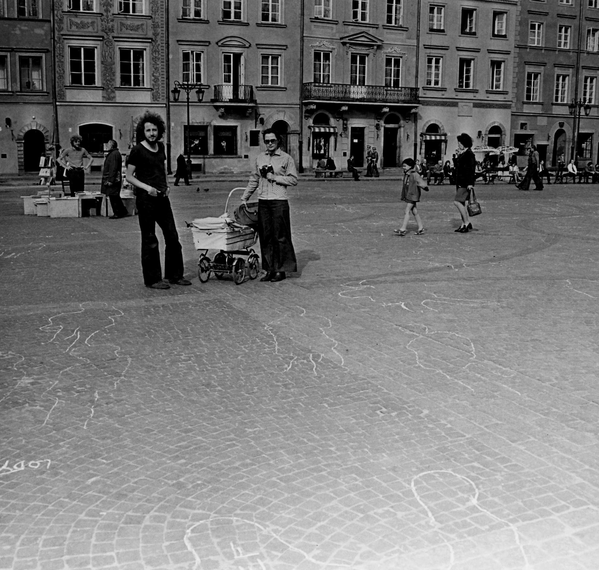 Zygmunt Piotrowski and Ryszard Kryska action 'Obrys postaci jako znak czasu' at the Warsaw's Old Town Square, 1974. Photo by Przemysław Kwiek.