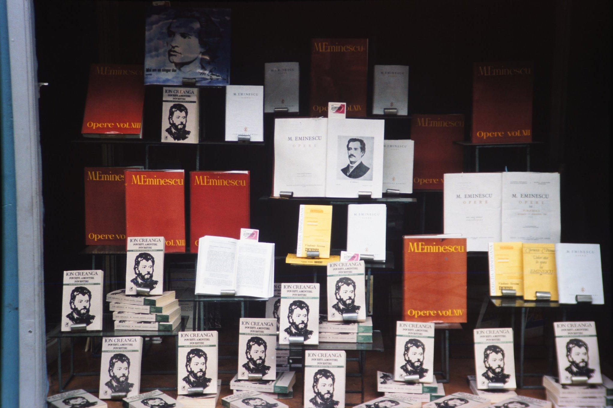 Fotografie privată care reprezintă un stand cu cărţi într-o librărie din România anilor 1980