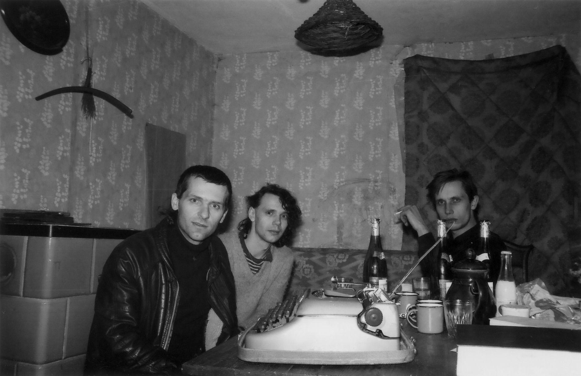 Jan Faktor, Bert Papenfuß und Stefan Döhring (v.l.n.r.) bei gemeinsamer Arbeit, 1984.