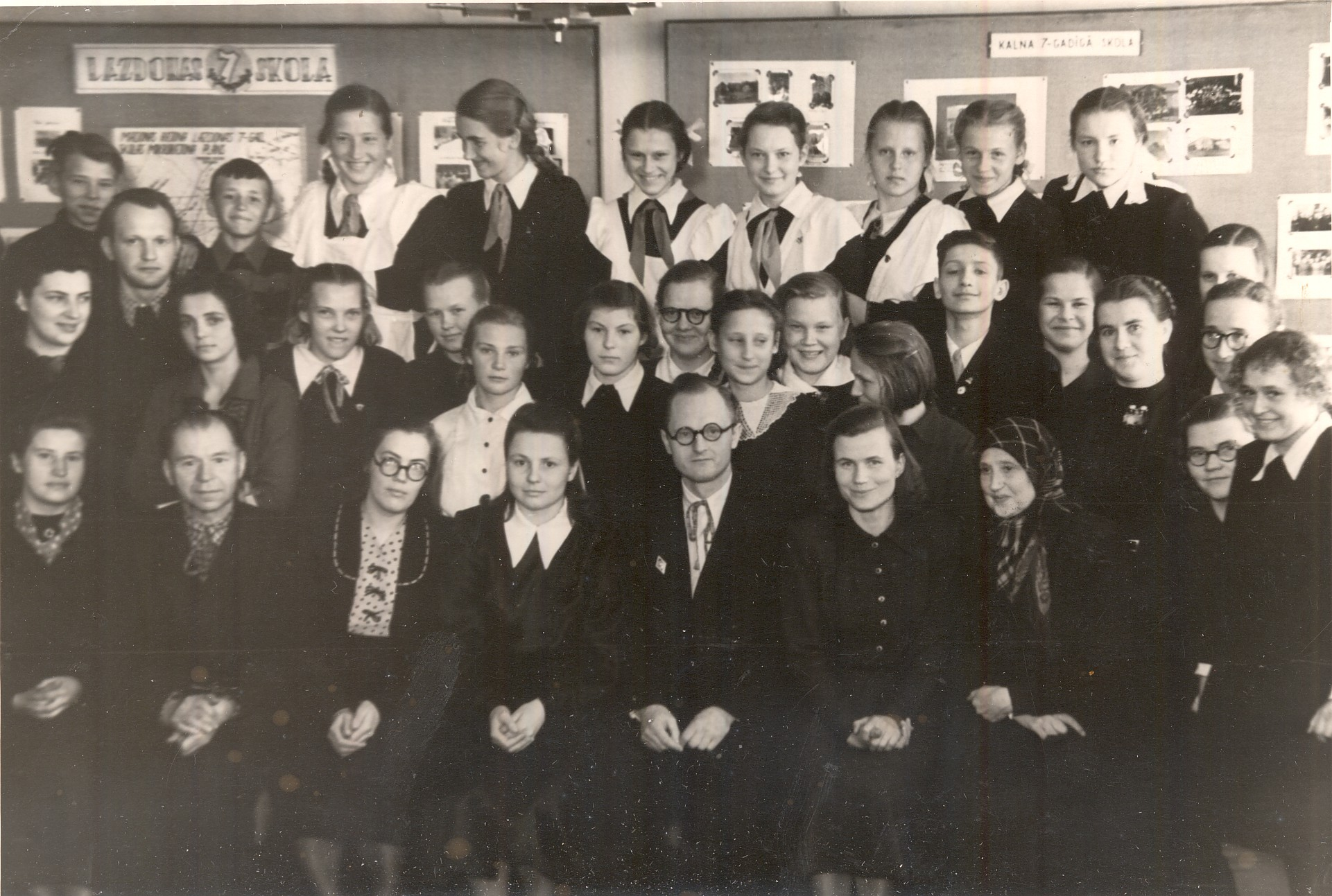 Vladislavs Urtāns in 1950s in Madona with schoolchildren and teachers interested in local history, file no. MNMZarh.535-1.