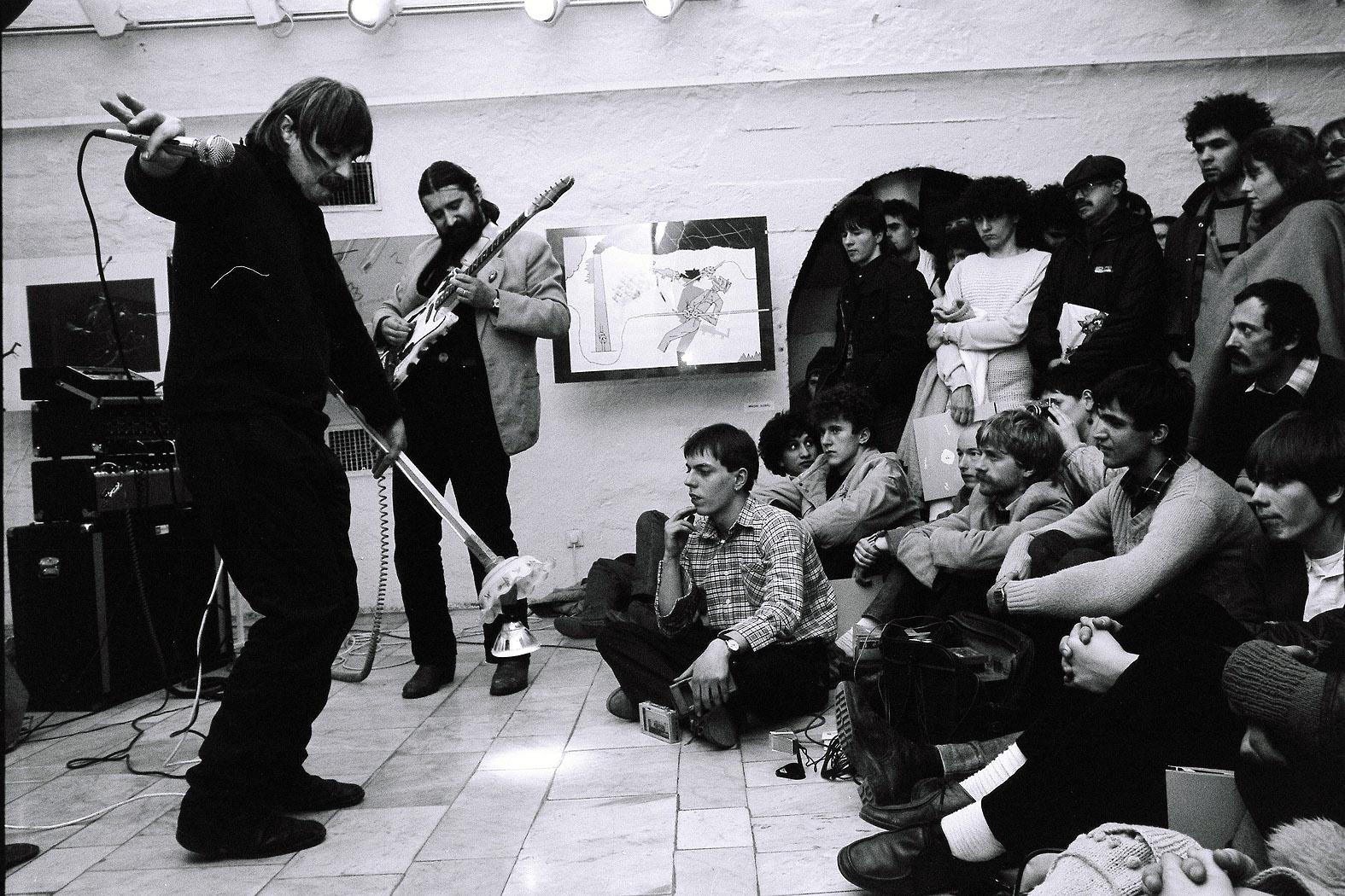 Kálmándy Ferenc: A Neoszarvasbika zenekar koncertje. Ef Zámbó István, Fe Lugossy László, Wahorn András A 3 fő erény című kiállításának megnyitóján. Pécs, Pécsi Galéria, 1985. február 8.