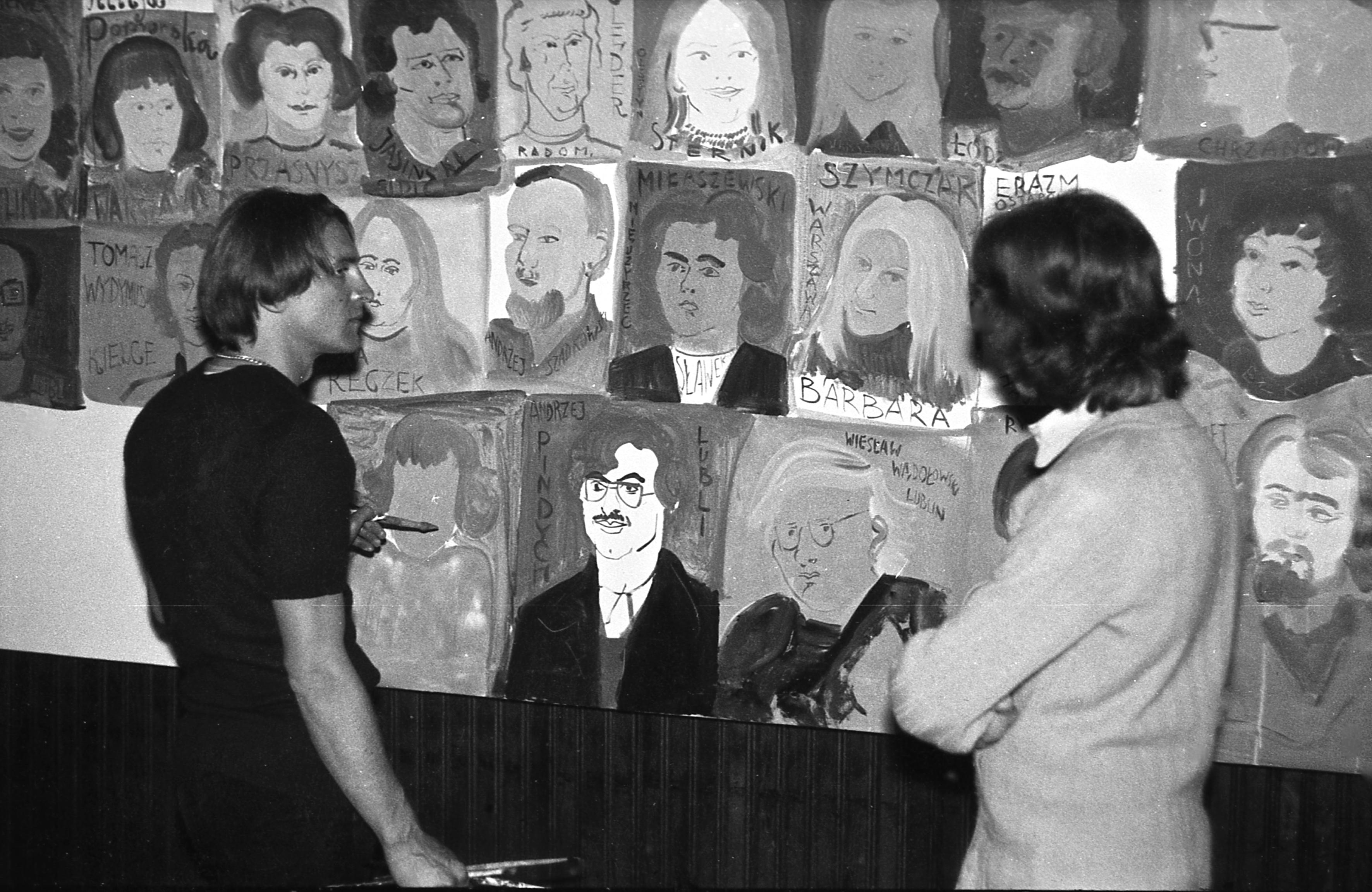 Edward Dwurnik during his action 'Wykonanie portretów psychologicznych studentów D.S. Babilon' photographed by Tomasz Sikorski.