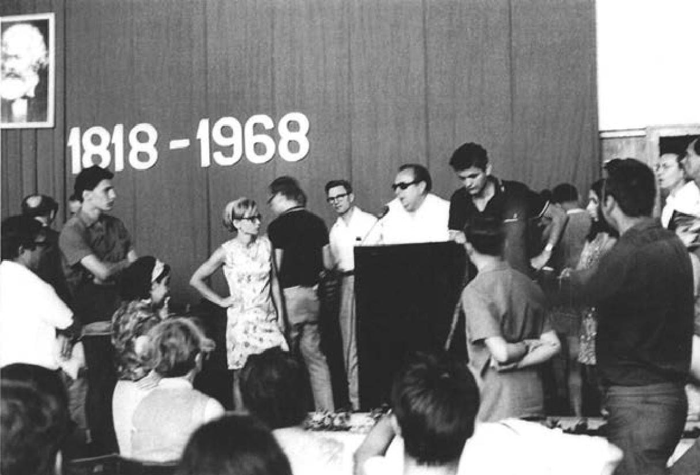 Sudionici Korčulanske ljetne škole diskutiraju o  sovjetskoj okupaciji Čehoslovačke 1968. godine.