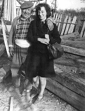 Hedwig Ulrike Ruşdea with Dobre Alexe (a local craftsman) during fieldwork in Frecăţei (Dobrogea) in 1967