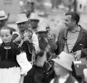 Zoltán Kallós în timpul cercetărilor etnografice de teren într-un sat din Transilvania