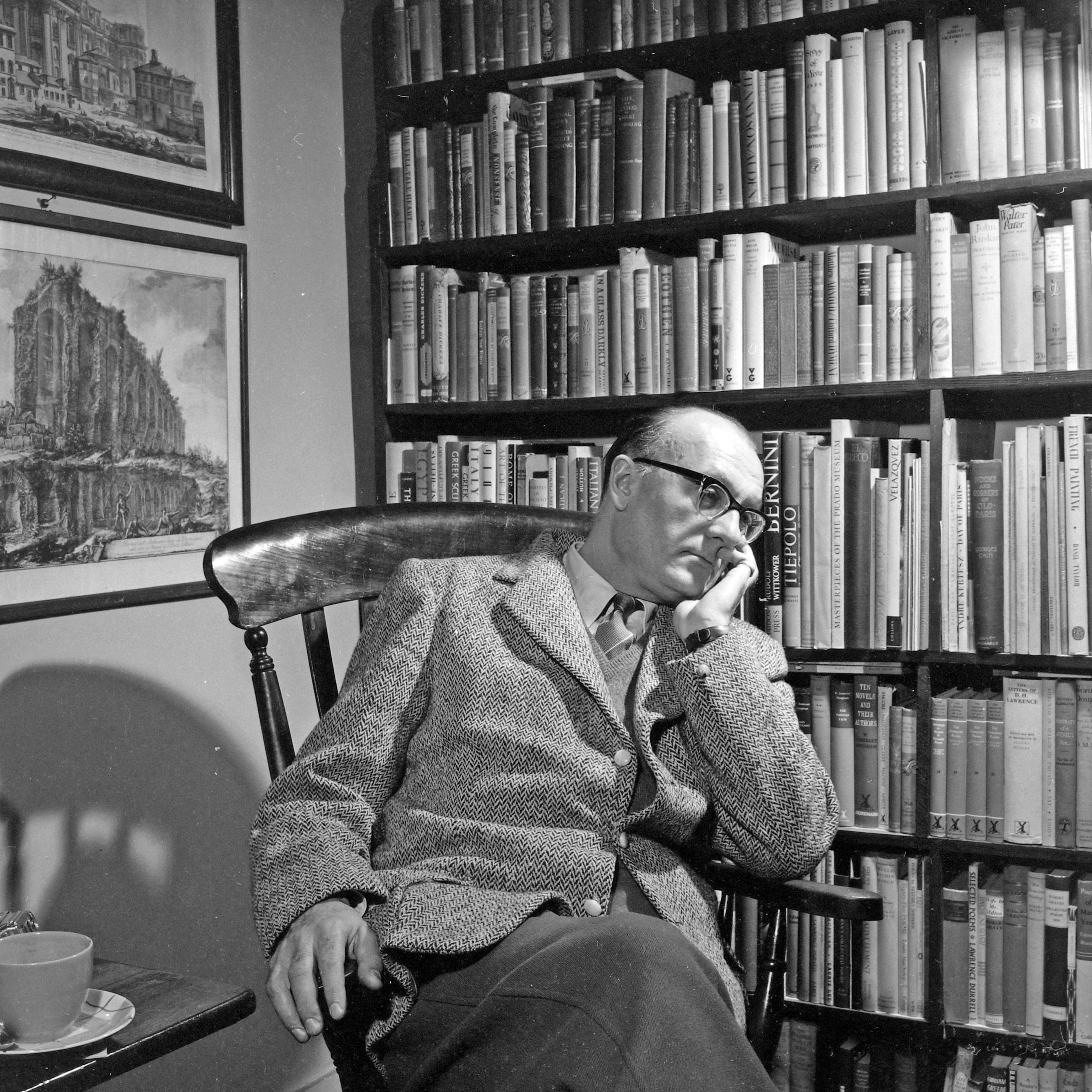 Cs. Szabó László író, esszéíró, kritikus az otthonában, 1960.