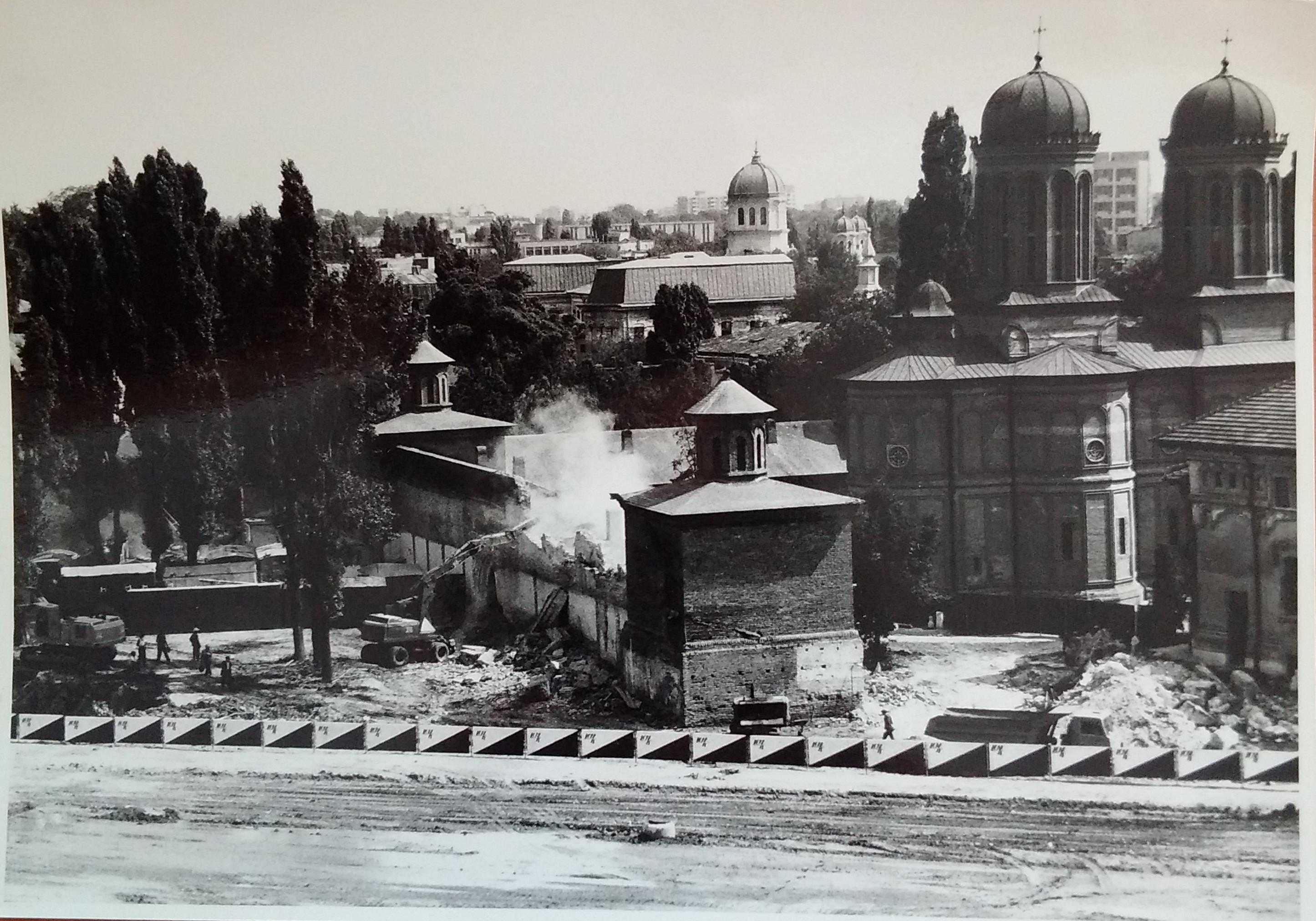 Demolare a unei biserici din București