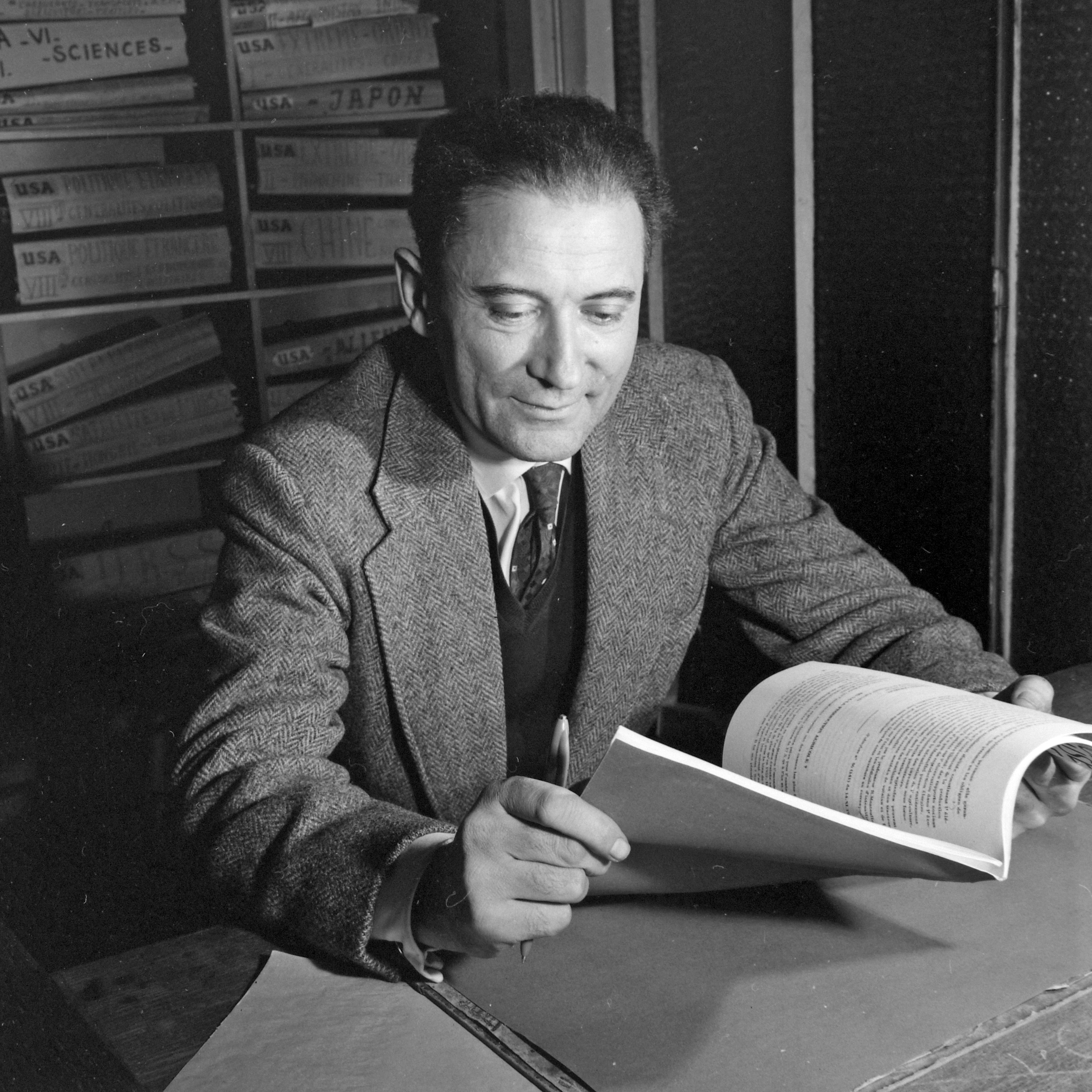 Historian and writer Ferenc Fejtő in the editorial office of AFP (1959)