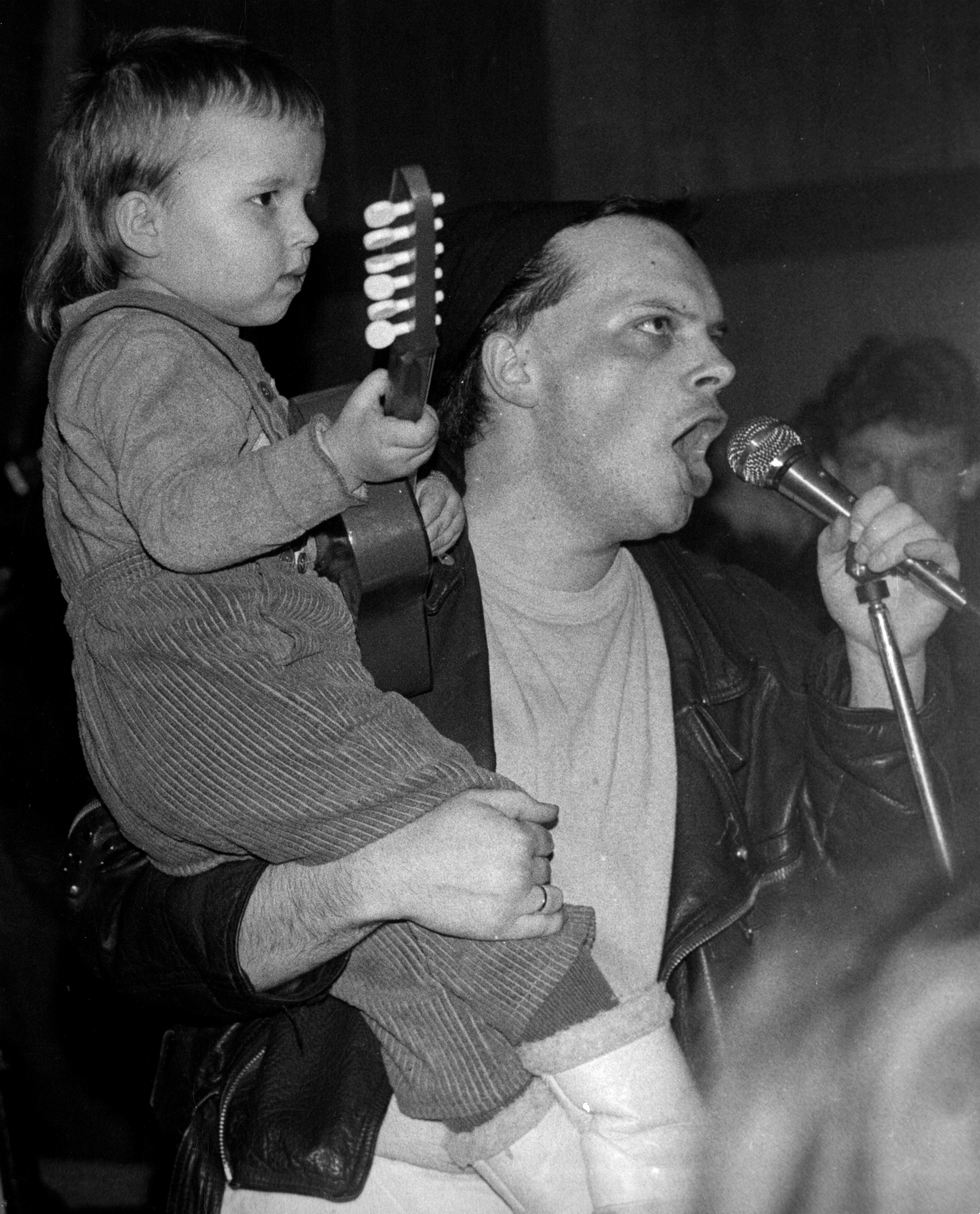 Krzysztof Skiba with his son Tymoteusz during the Big Cyc concert in student club Olimp in Łódź in 1988.