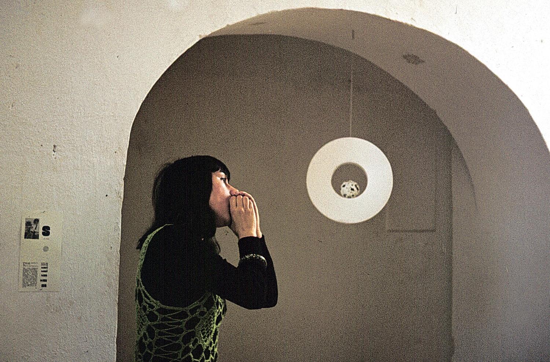 Katalin Ladik performing at the Chapel Studio (Balatonboglár, 1972) / Ladik Katali előadása a Kápolnaműteremben (Balatonboglár, 1972)