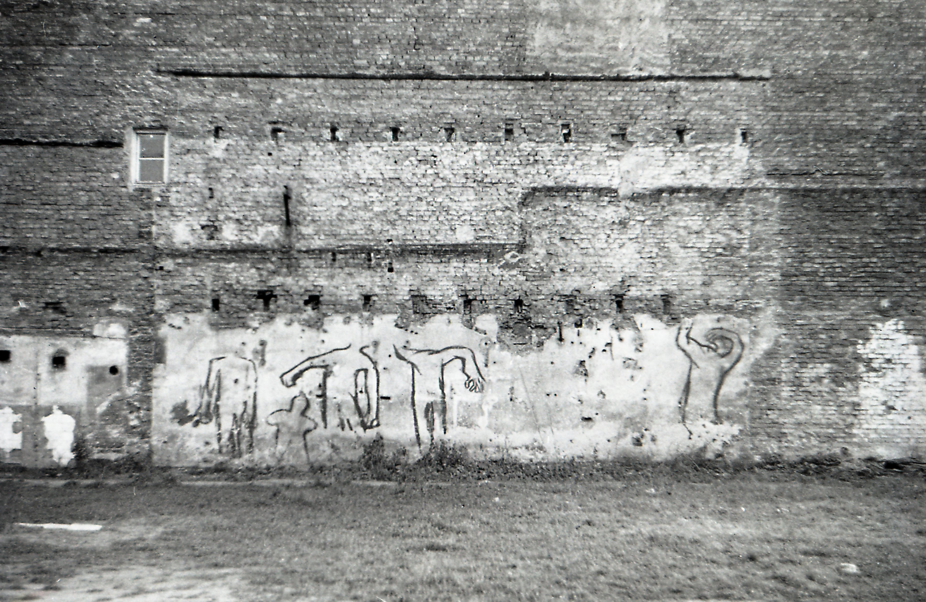 The photo showed the graffiti called 'Taniec śmierci' (Dance of Death) painted by Włodzimierz Fruczek on Waliców street, Warsaw, 1970. Tomasz Sikorski took this photo in 1974.