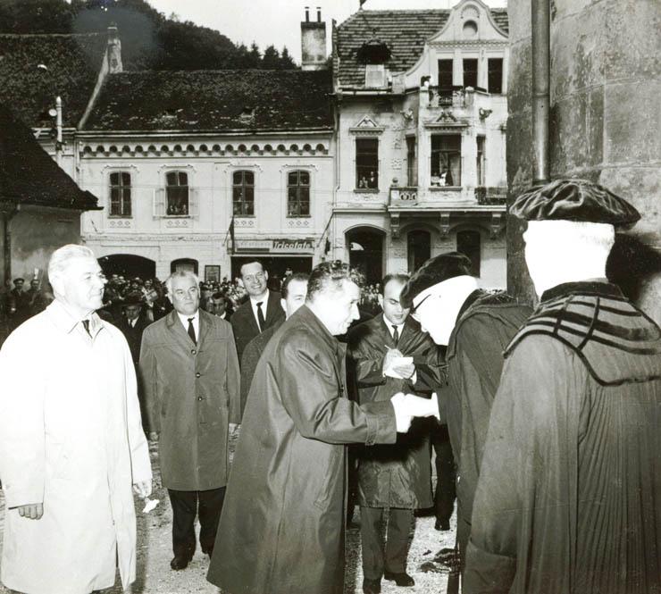 Nicolae Ceauşescu şi conducerea Bisericii Evanghelice C.A. din România în faţa Bisericii Negre în timpul vizitei oficiale a primului la Braşov în iunie 1967