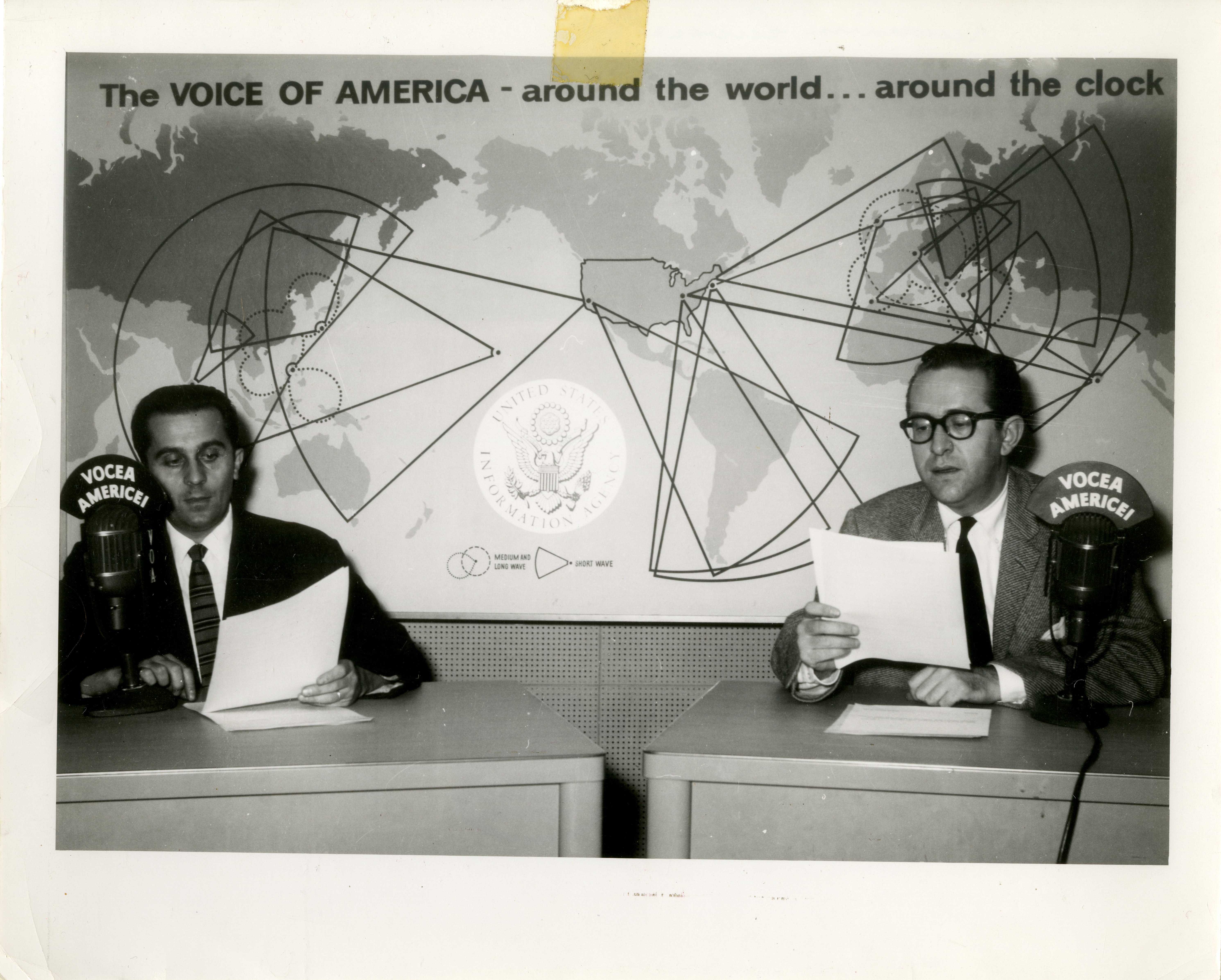 Secţia română a postului de radio Vocea Americii comentează Revoluţia din Ungaria, octombrie 1956;Mircea Carp (în partea stângă) şi Michael A. Hanu (în partea dreaptă)