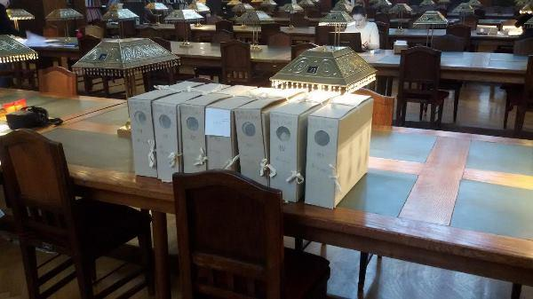 Dio arhivskih kutija iz zbirke Nikole Čolaka u Velikoj čitaonici Hrvatskoga državnog arhiva.