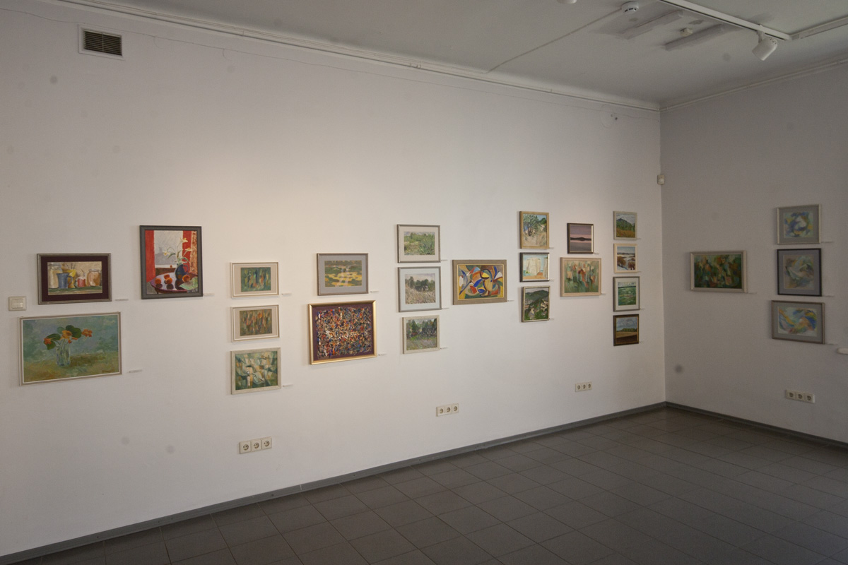 A view of one of the walls from the exhibition. A painting by Kaja Kärner, that is part of the Heldur Viires' collection, is in the fourth row from the right side.