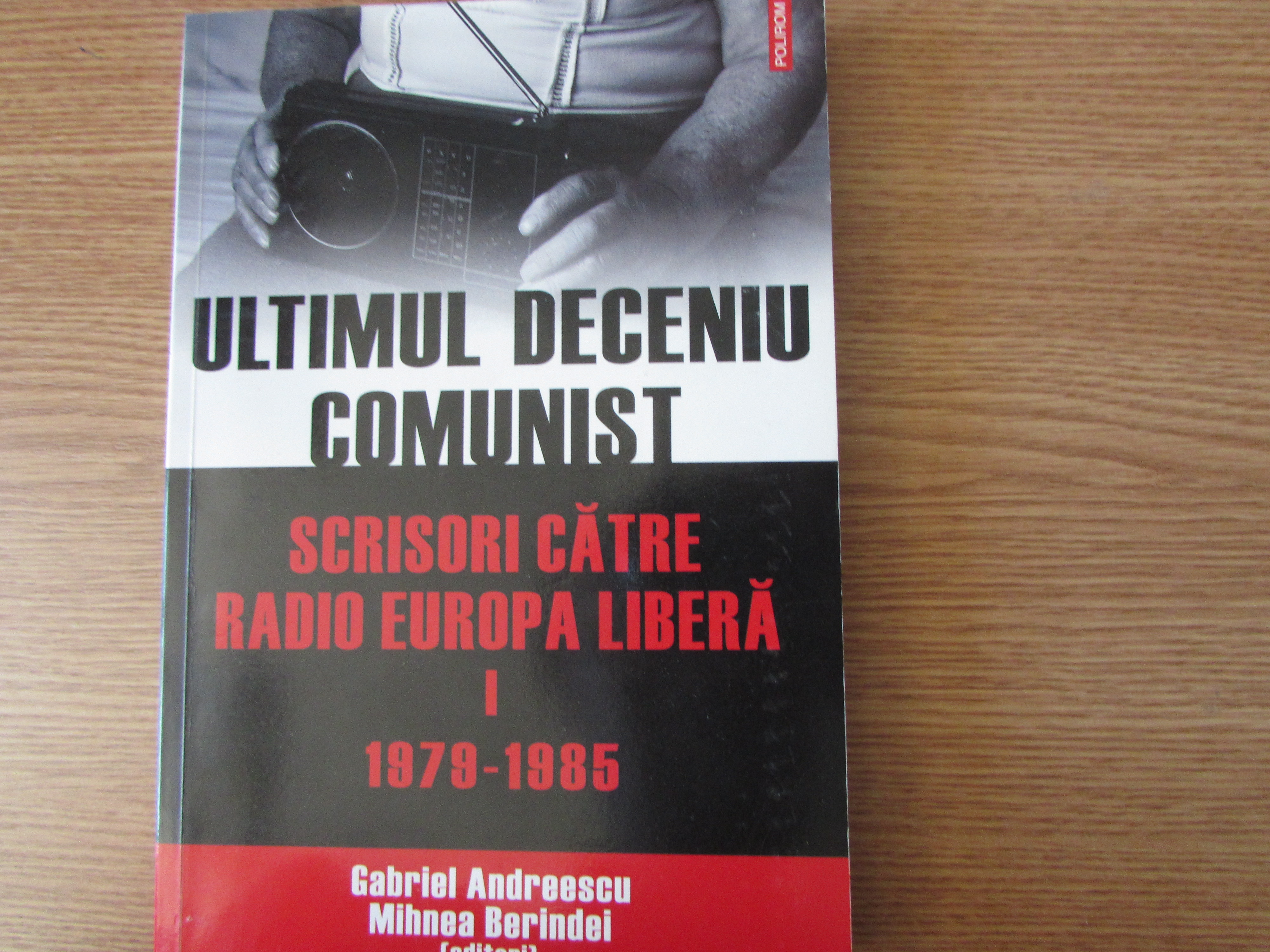 Cover of the first volume of the collection Ultimul deceniu comunist: Scrisori către Radio Europa Liberă (The last communist decade: Letters to Radio Free Europe), edited by Gabriel Andreescu and Mihnea Berindei (Iași: Polirom, 2010)