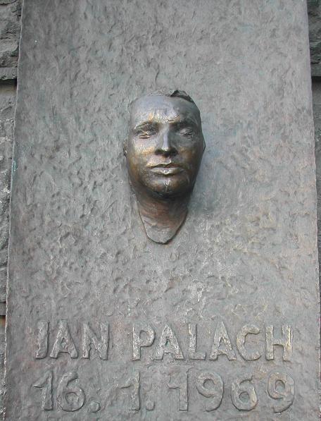 Pamětní deska Jana Palacha podle posmrtné masky zhotovené Olbramem Zoubkem