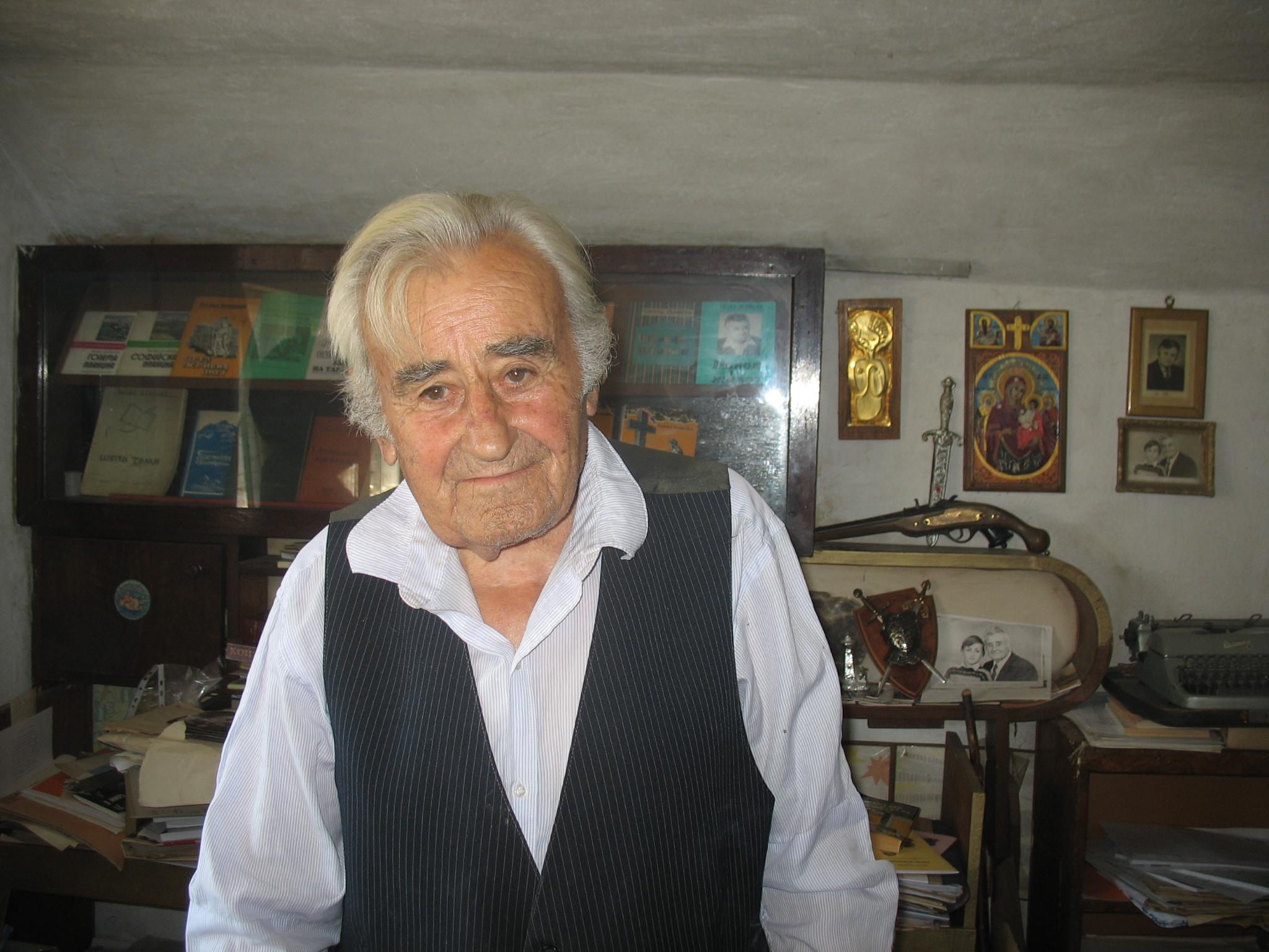 Петко Огойски в дома си сред част от книгите си.