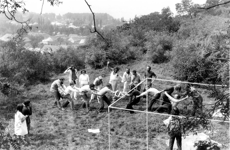 'Tug of War' action organized by László Beke with the participation of Czech, Slovak and Hungarian artists (Chapel Studio, Balatonboglár, 1972) / Cseh, szlovák és magyar művészek 'Kötélhúzás' akciója Beke László szervezésében (Kápolnaműterem, Balatonboglár, 1972)