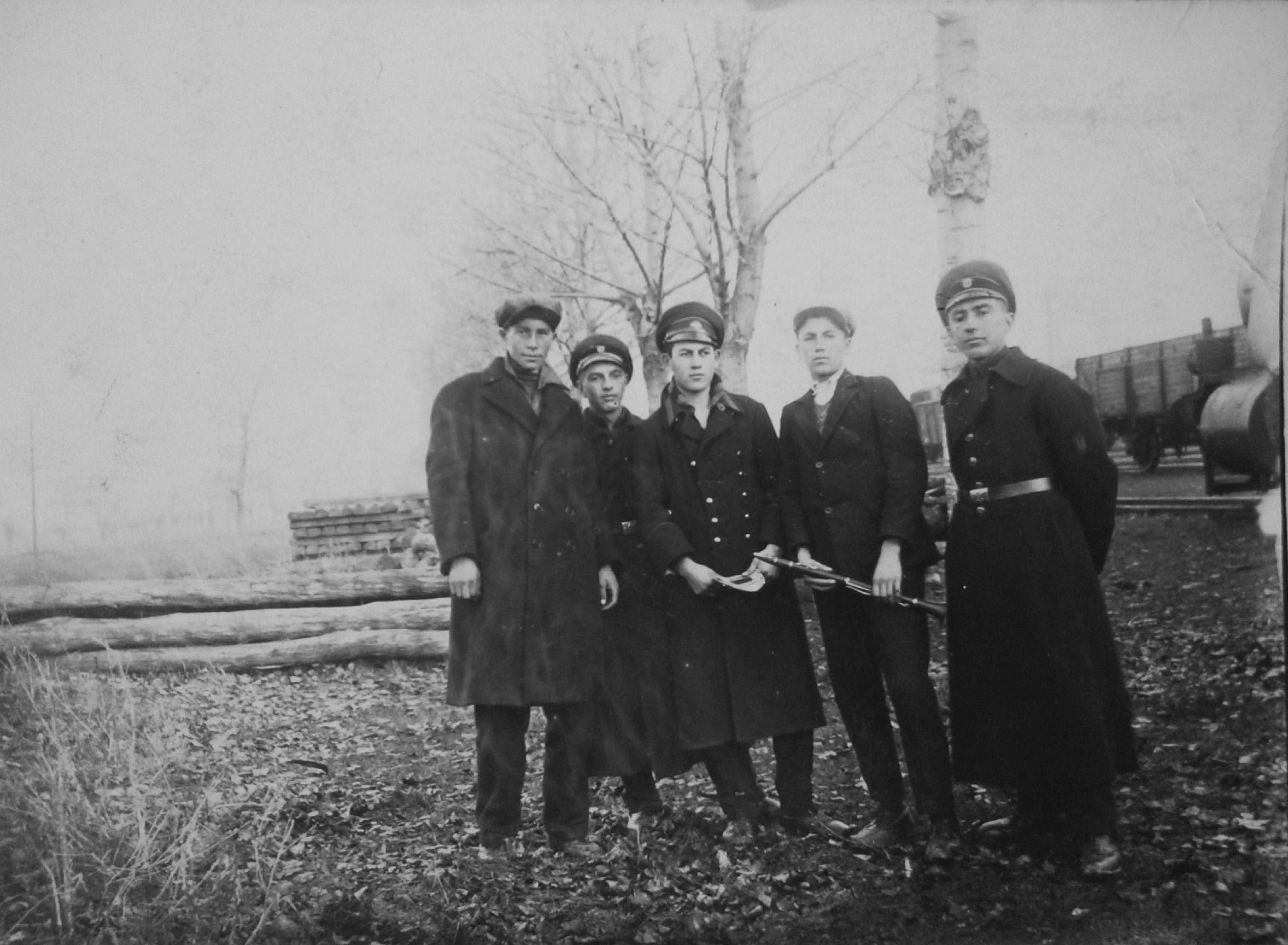 Снимка на Димитър Василев Стоянов (в средата) със съученици от Държавното железопътно училище, София, 1926 г.